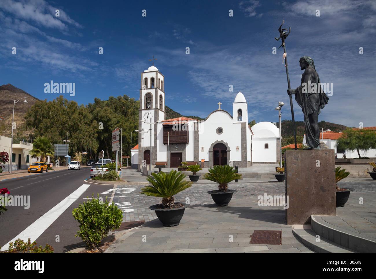 Kirche von San Fernando und Statue von Alonso Diaz Guanchen Chef in Santiago del Teide, Teneriffa Stockbild