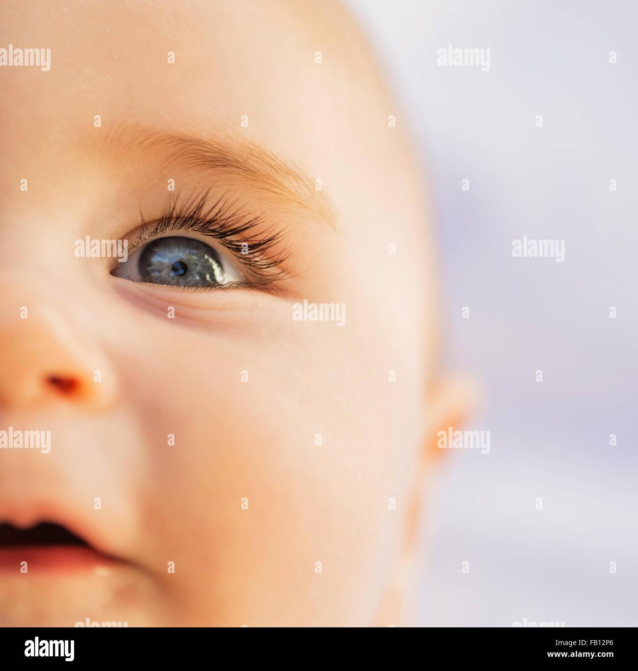 Schließen von Baby Boy es (6-11 Monate) blau Auge Stockbild