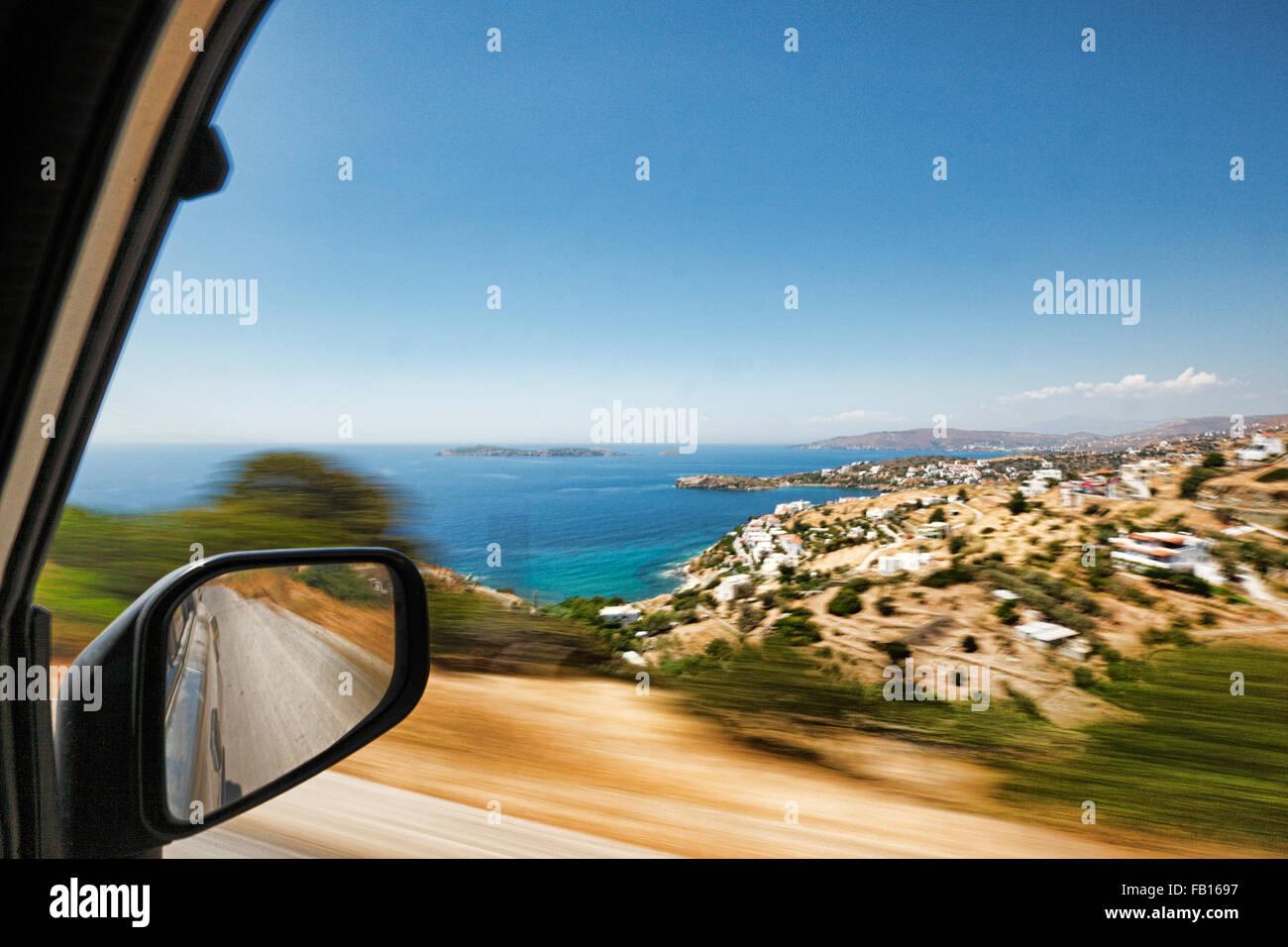 Der Blick durch das Fenster aus der Perspektive des Reisenden in einem fahrenden Auto herumreisen Andros, Griechenland Stockbild