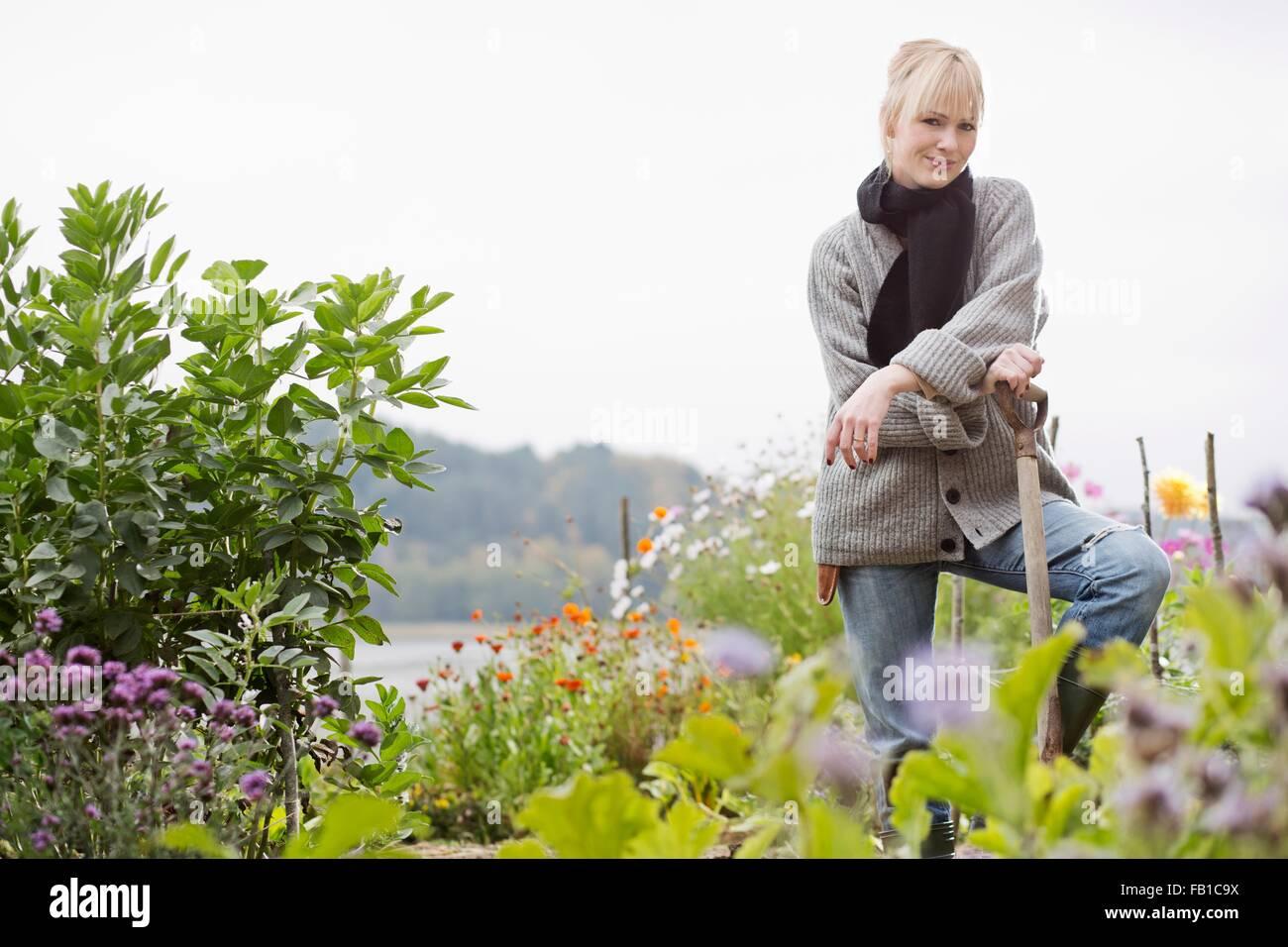 Porträt von Mitte Erwachsene Frau Graben im Bio-Garten Stockfoto