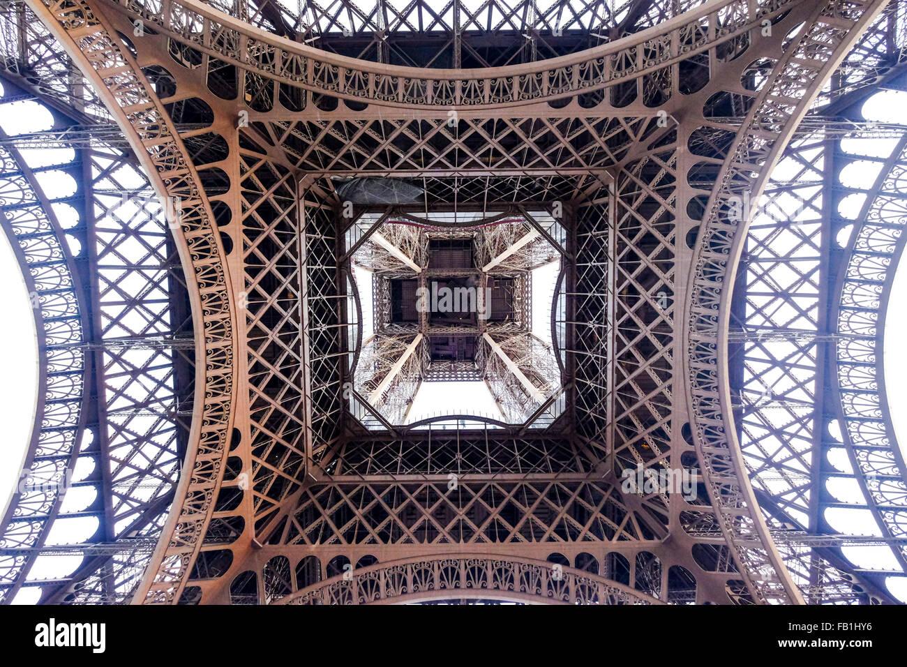 Ein Blick von unten unter Eiffelturm. Stockbild
