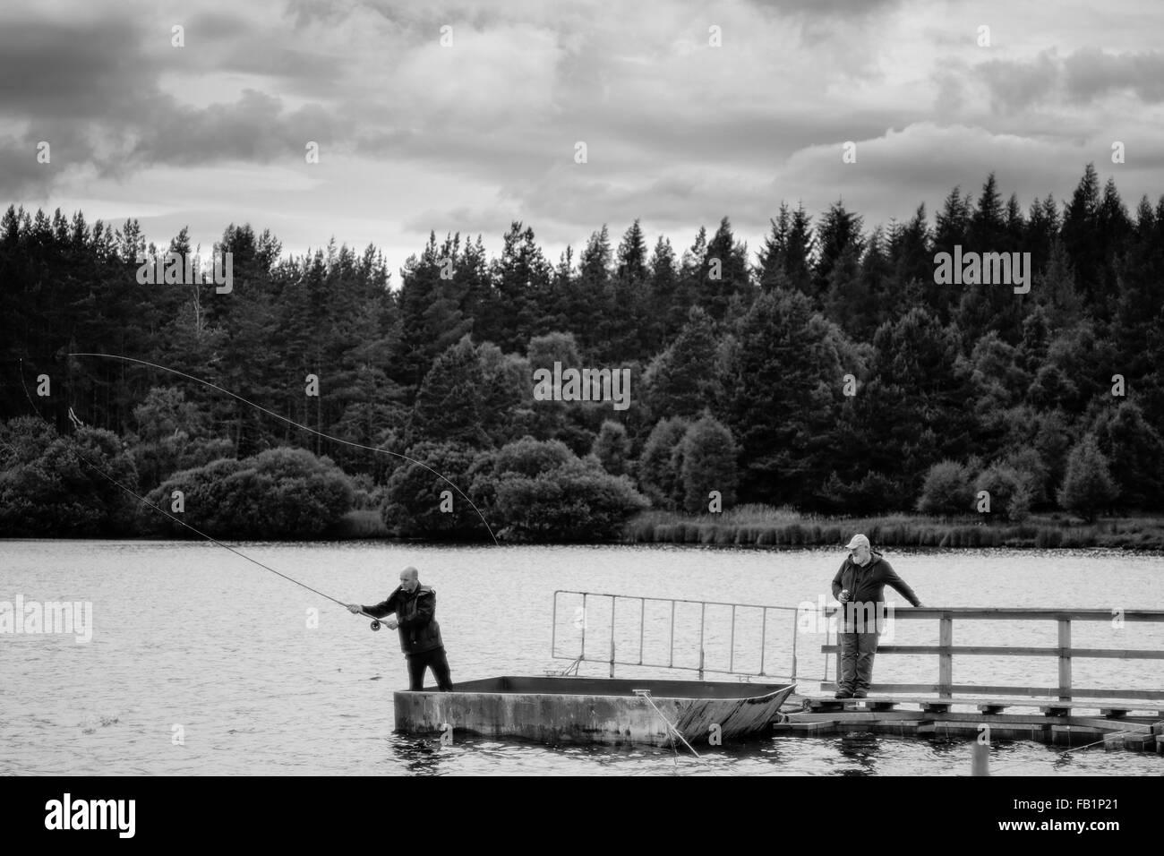 Schottische Männer Fliegenfischen auf einer Mole im Moy in den Highlands von Schottland. Stockbild