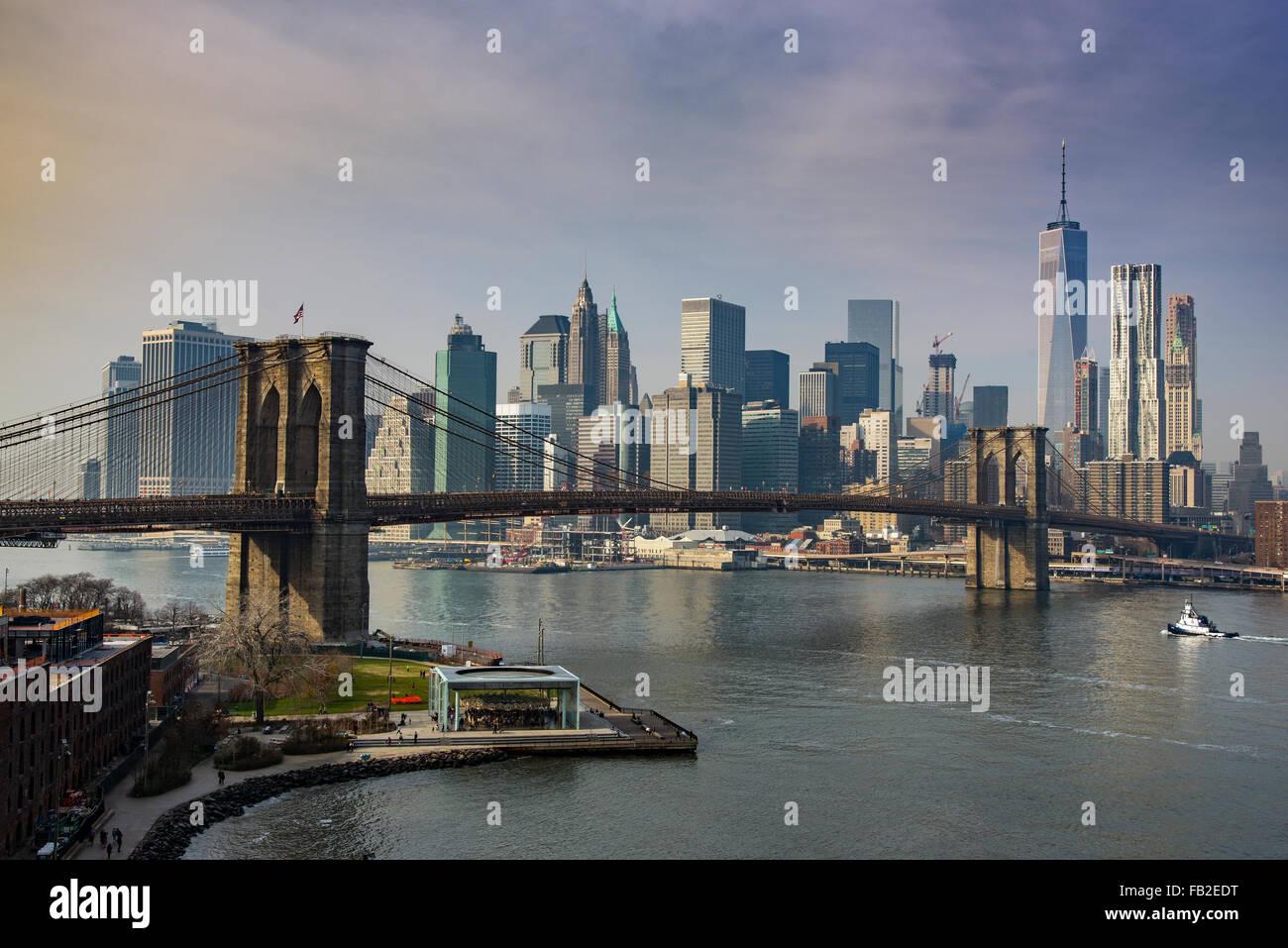 Brooklyn Bridge und Lower Manhattan Skyline, New York, USA Stockbild