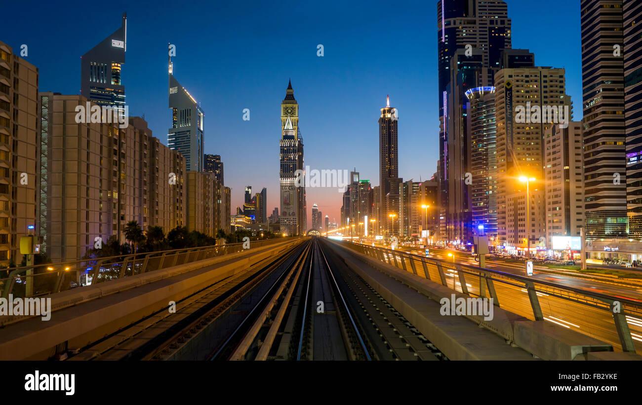 POV auf dem modernen fahrerlosen Dubai erhöhte Metro Schienensystem, entlang der Sheikh Zayed Road, Dubai, Stockbild
