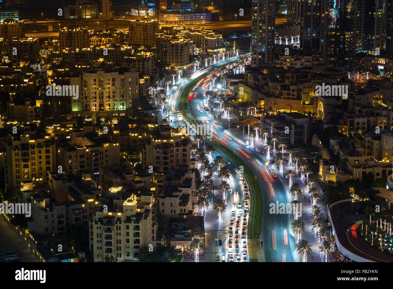 Vereinigte Arabische Emirate, Dubai, Verkehr und neue Hochhäuser entlang Dubais Hauptstraße Stockbild
