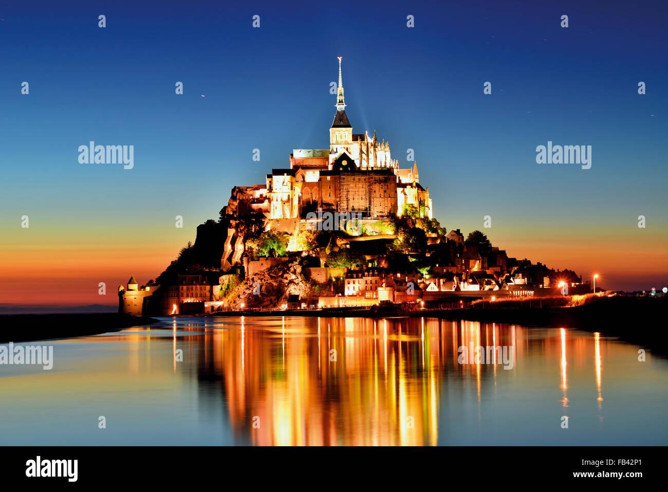 Frankreich, Normandie: Nächtliche Panoramablick von Le Mont Saint Michel Stockbild