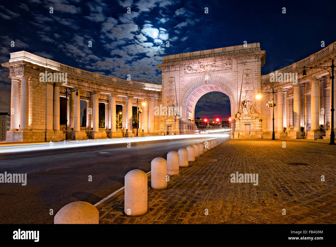 Beleuchtete Triumphbogen und Kolonnade der Manhattan Bridge Eingang im Mondlicht, Chinatown, Lower Manhattan, New Stockfoto