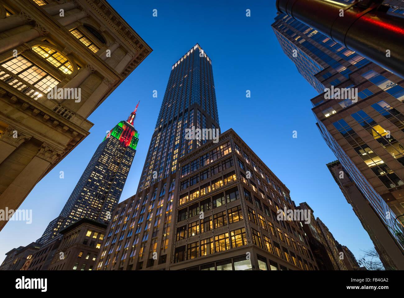 Das Empire State Building mit Weihnachtsbeleuchtung in der Dämmerung beleuchtet. Wolkenkratzer auf der 5th Stockbild