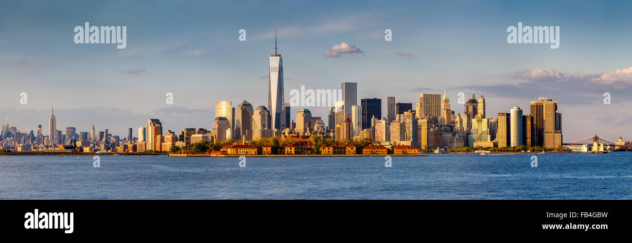 Panorama der Finanzdistrikt von Lower Manhattan und New York Wolkenkratzer. Von der Brooklyn Bridge nach Midtown Stockbild