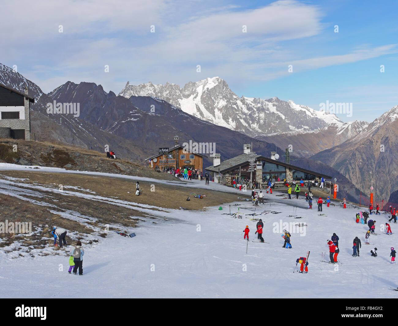 La Thuile Italien Skigebiet im Dezember 2015 zeigt den extremen Mangel an Schnee in Europa für Wintersport Stockbild