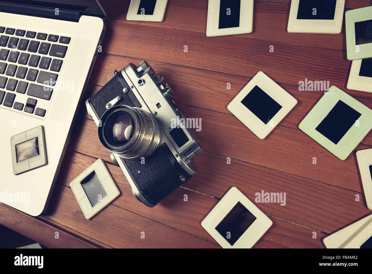 Zusammensetzung der alten altmodisch Foto-Kamera, Laptop und Foto ...