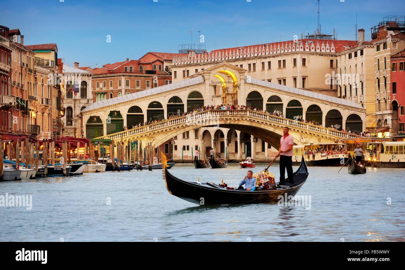 Gondel auf dem Canal Grande, Rialto-Brücke, Venedig, Italien, UNESCO Stockbild