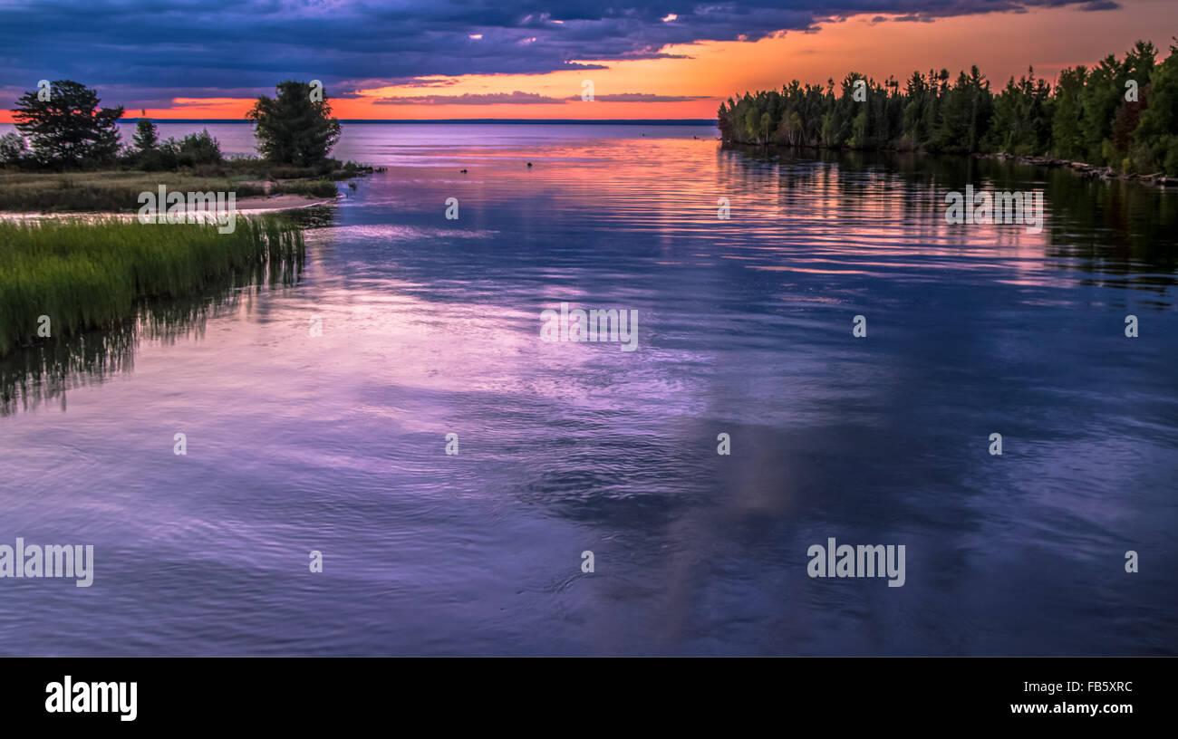 Sonnenuntergang über der Tahquamenon Fluß Wasserscheide, wie es in Lake Superior mündet. Tahquamenon Stockbild
