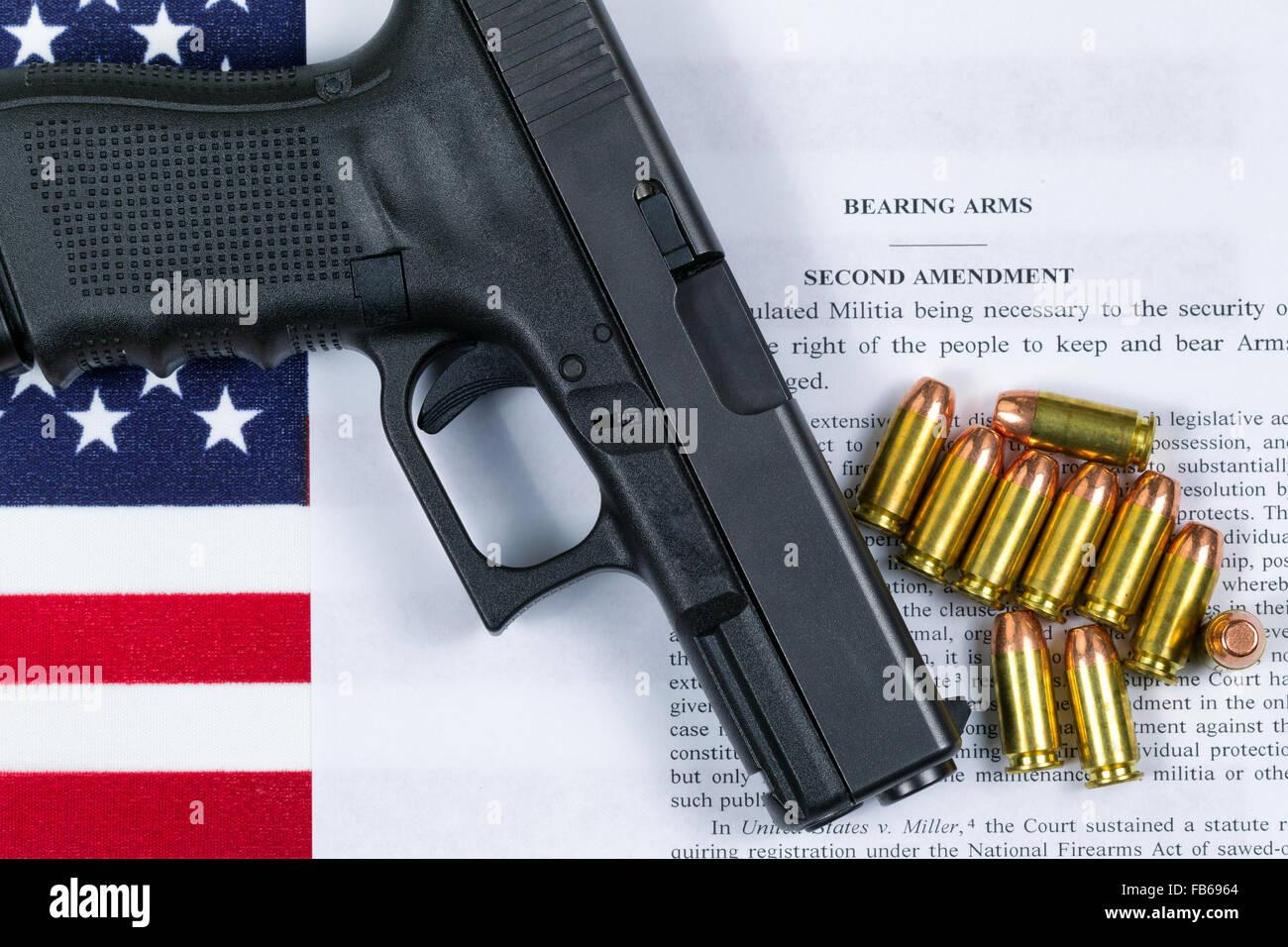 Pistole, Kugeln, USA-Flagge und Wortlaut der zweiten Änderung für das Recht, Waffen zu tragen. Stockbild