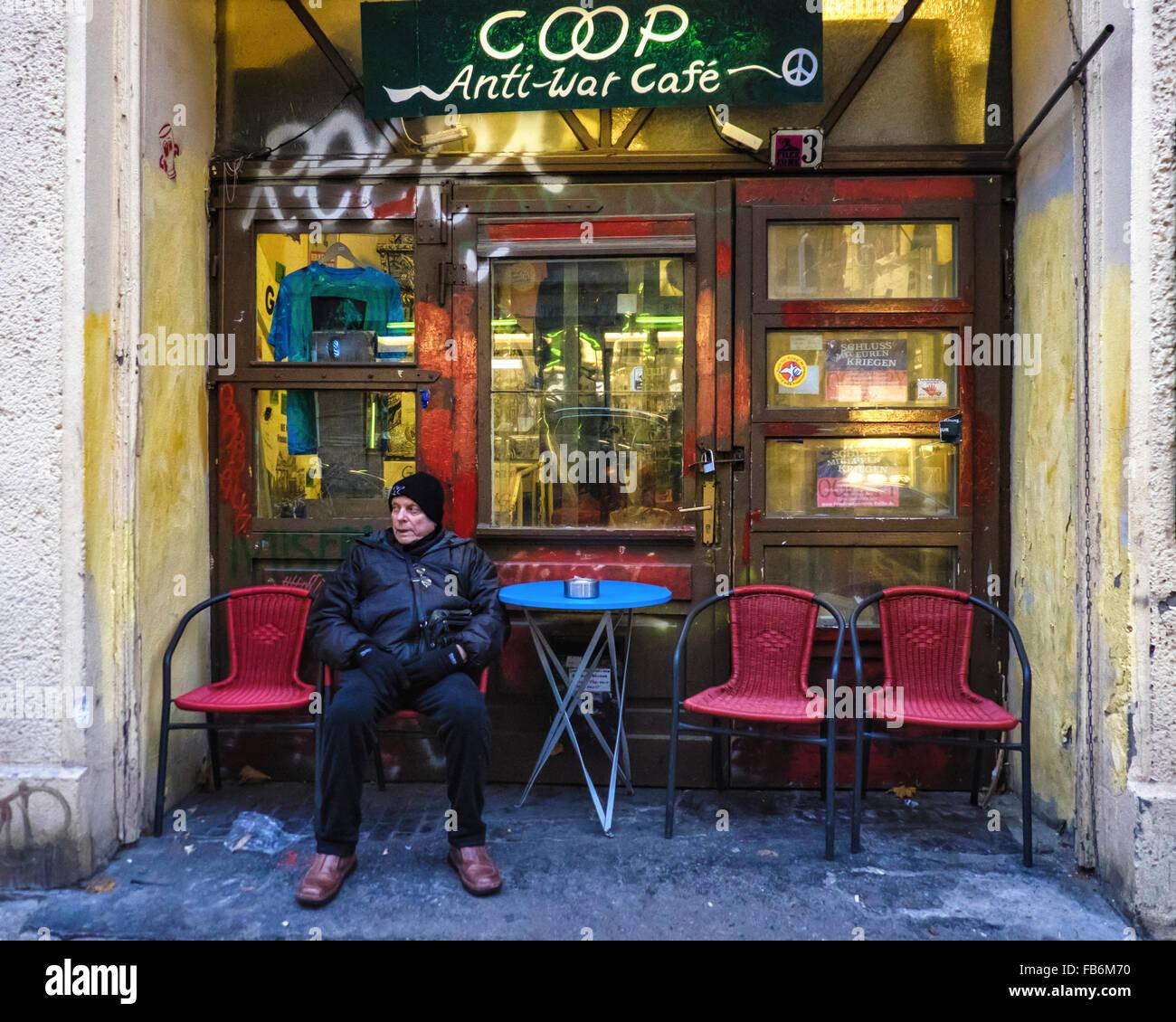 Berlin-Coop Anti-Kriegs Cafe, Galerie und Musik Veranstaltungsort mit älterer Mann sitzt am Tisch für Stockbild