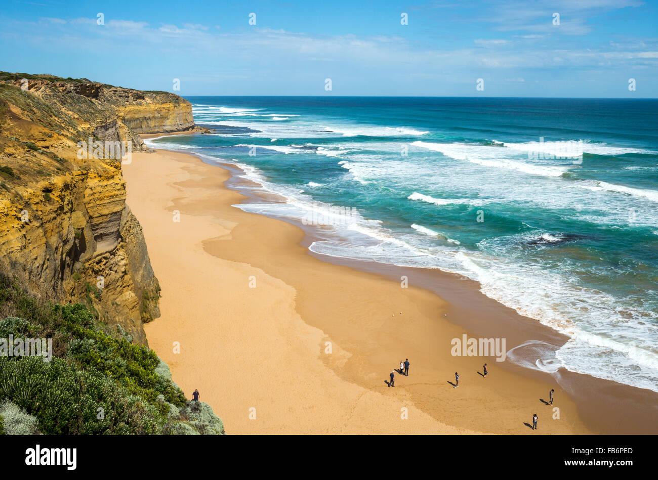 Australien, Port Campbell, Touristen am Strand von der zwölf Apostel Sea park Stockfoto