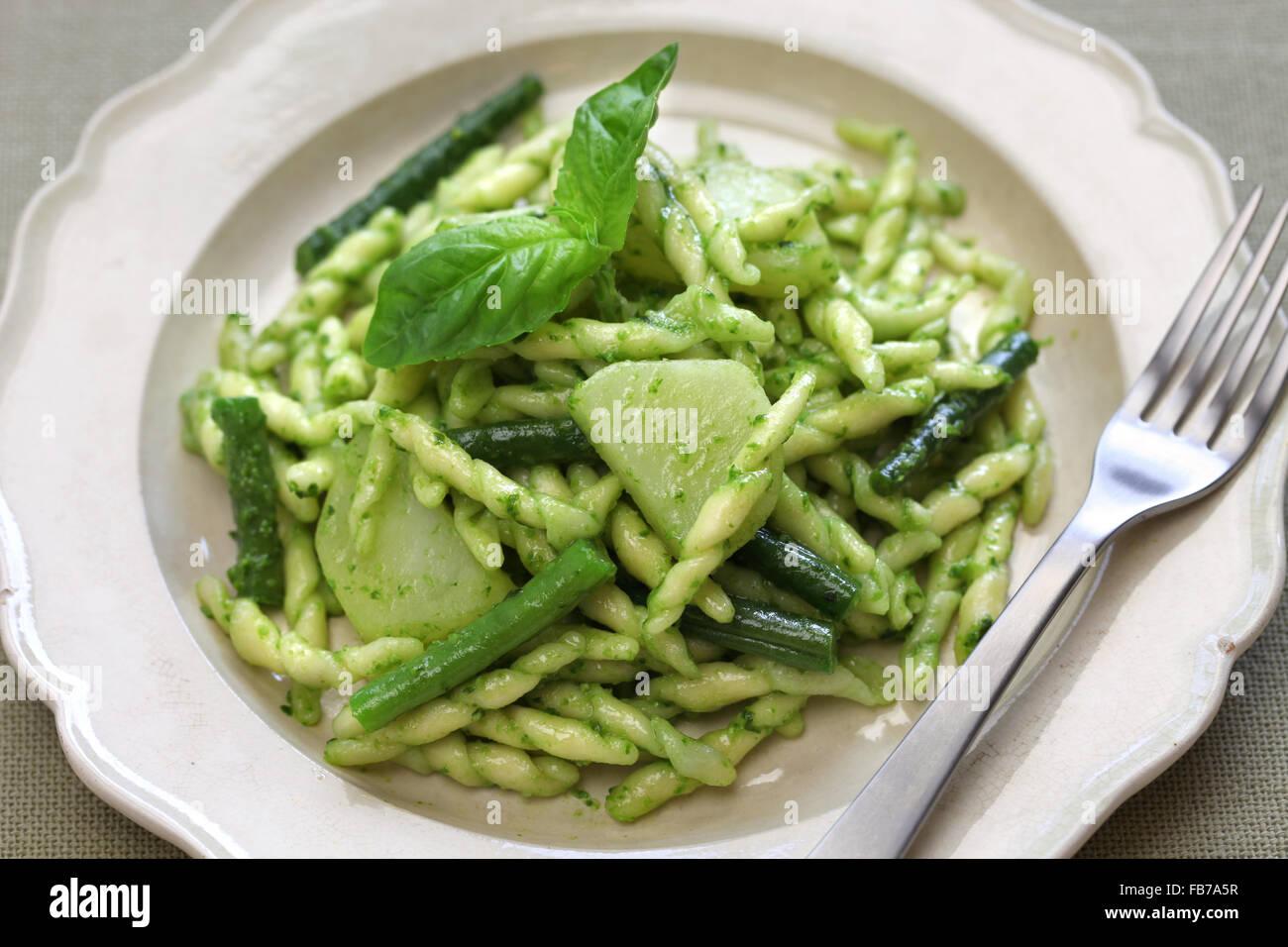 Trofie Nudeln mit Pesto, grüne Bohnen und Kartoffeln, italienische Küche Stockbild