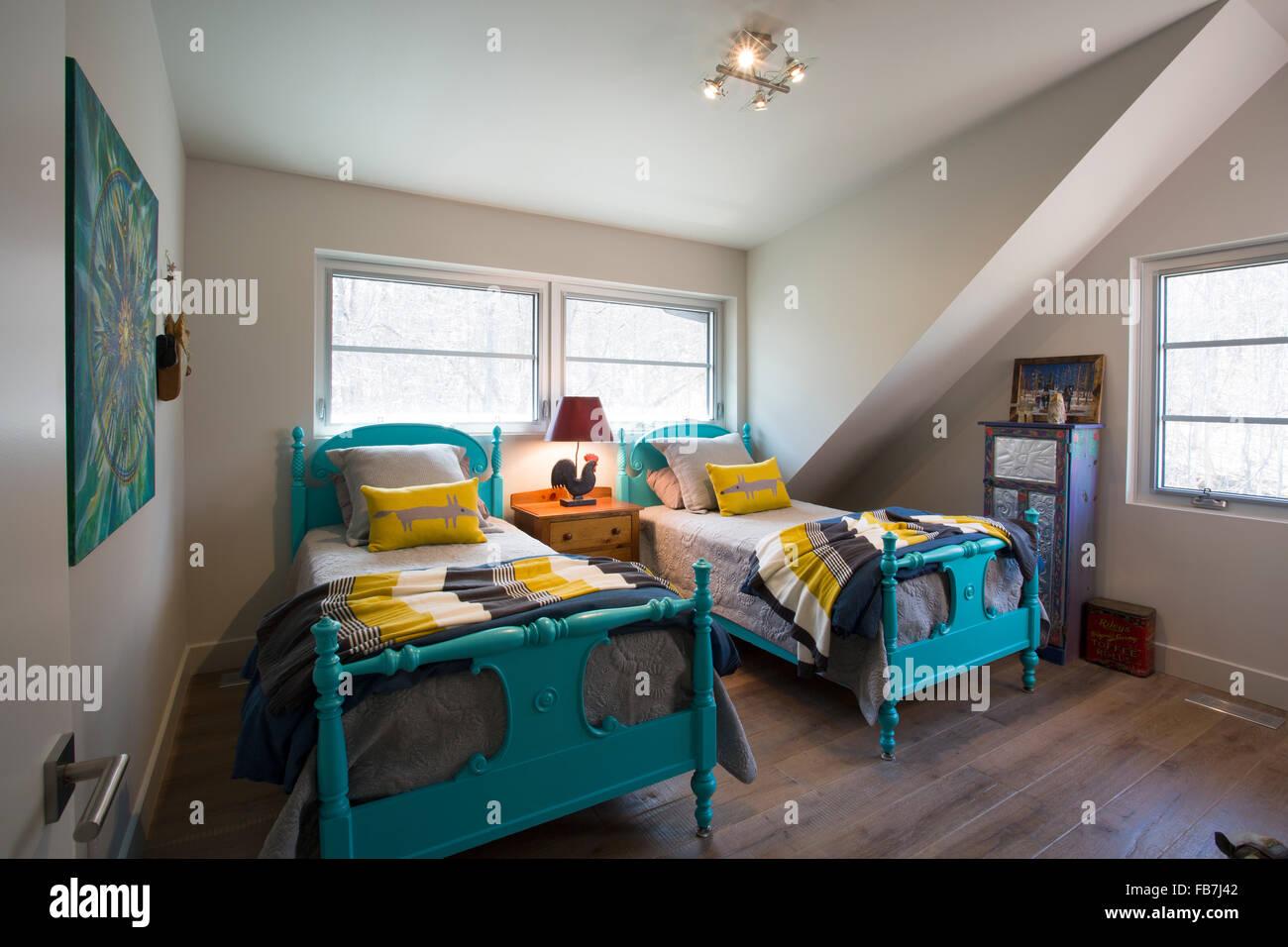 Schlafzimmer mit zwei Betten Stockbild