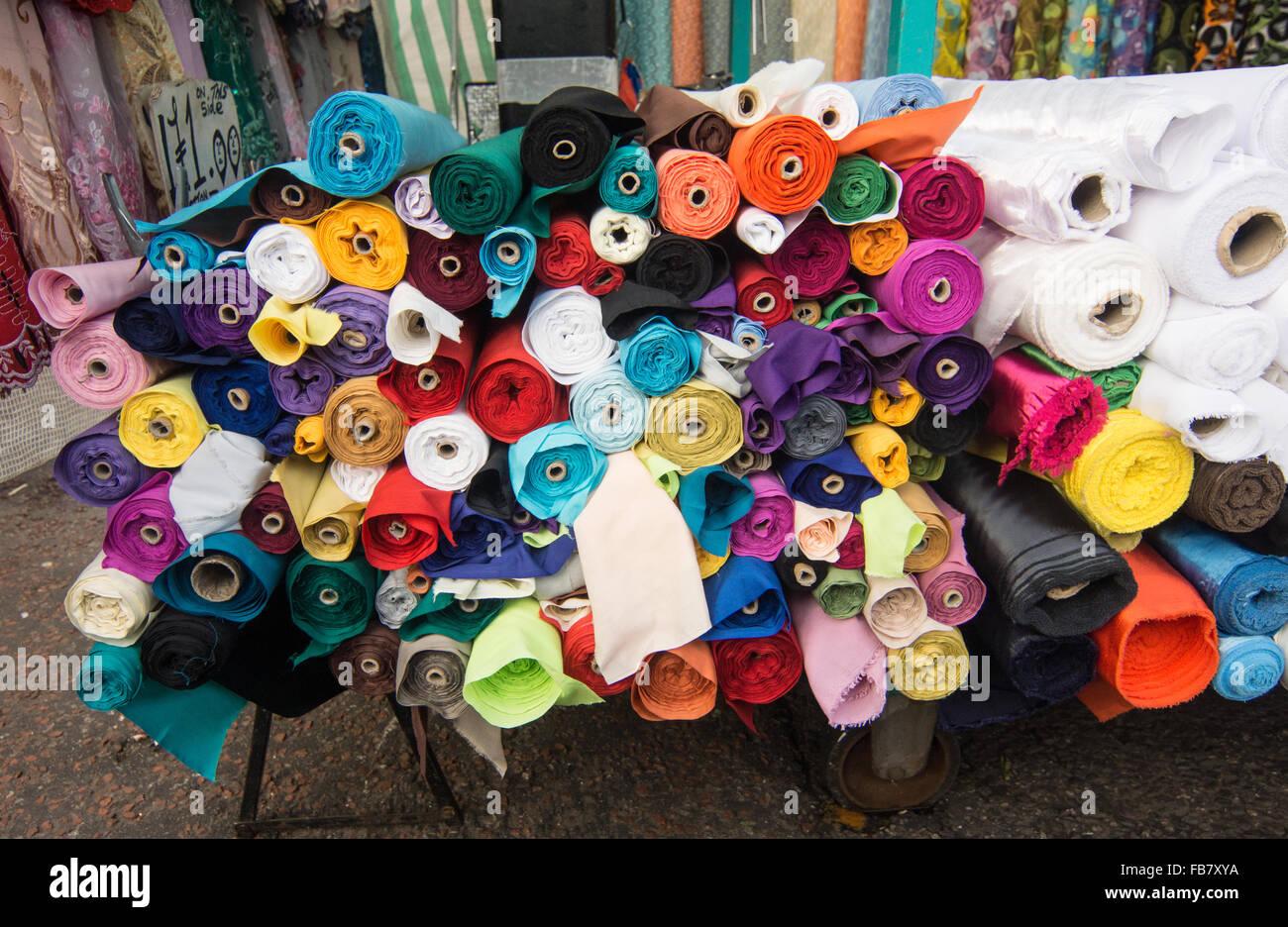 Rollen des Materials.   Tuch rollt.  Farben.  farbiges Material. Stockbild