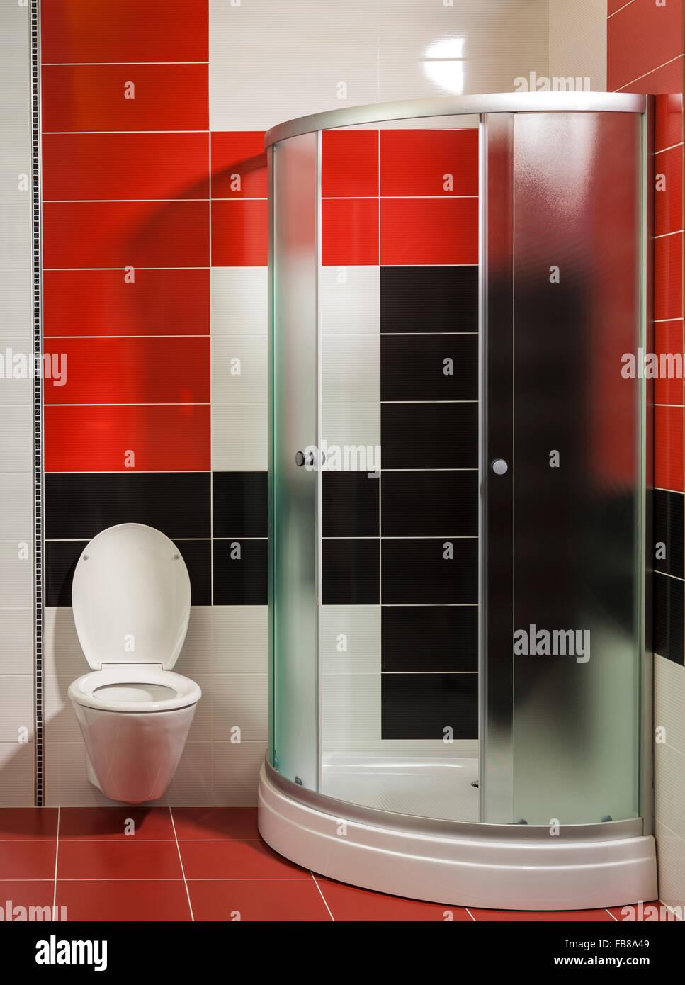 Modernes Badezimmer Mit Dusche Und Stilvollen Fliesen Stockbild