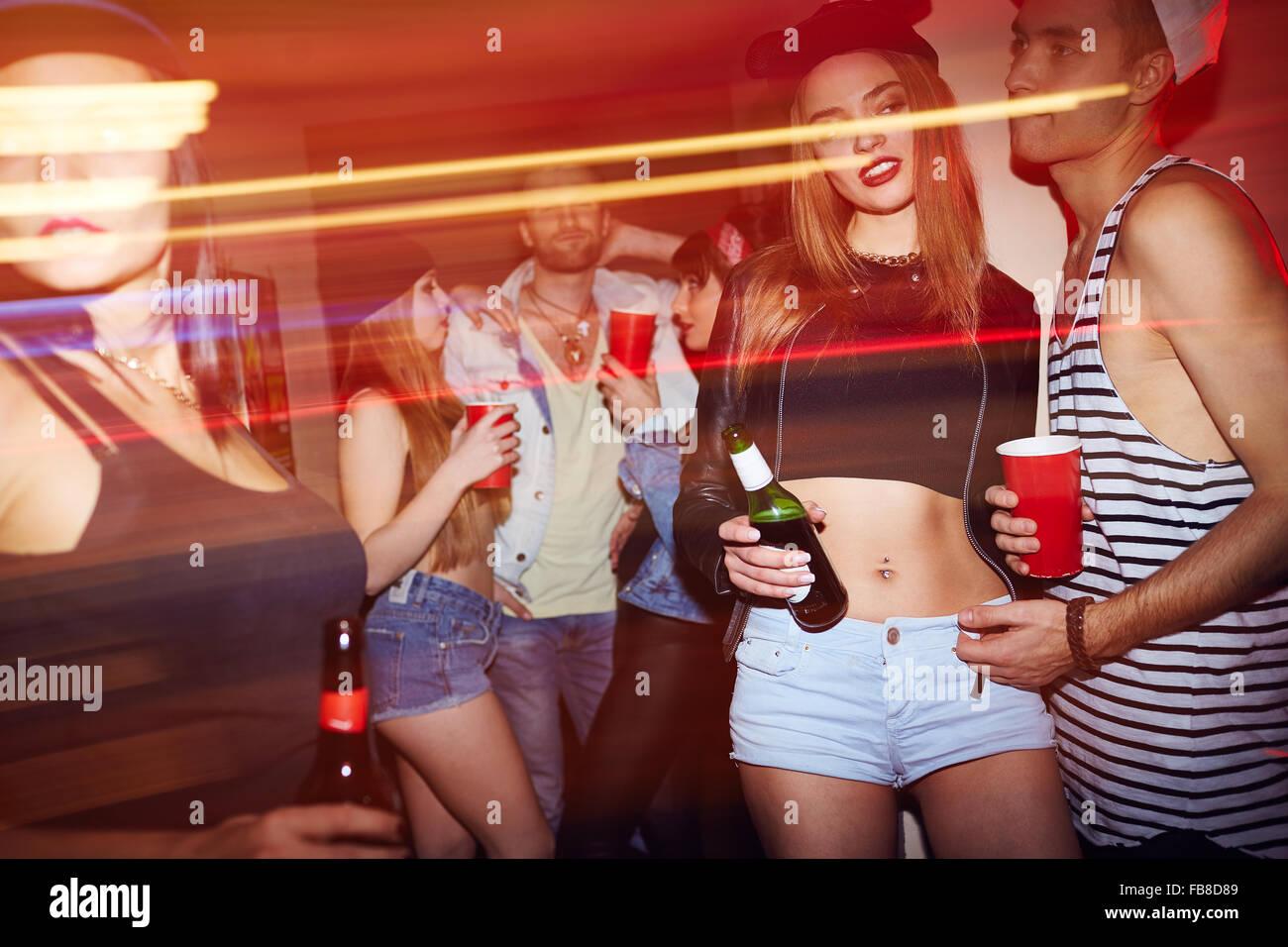 Jugendliche mit Getränken entspannen auf Party in der Bar Stockbild