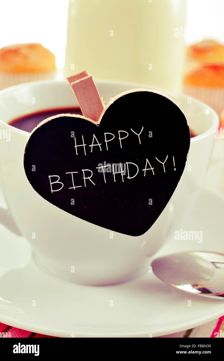 Der Text Happy Birthday Geschrieben In Einer Herzform Tafel Platziert Tasse Kaffee Mit