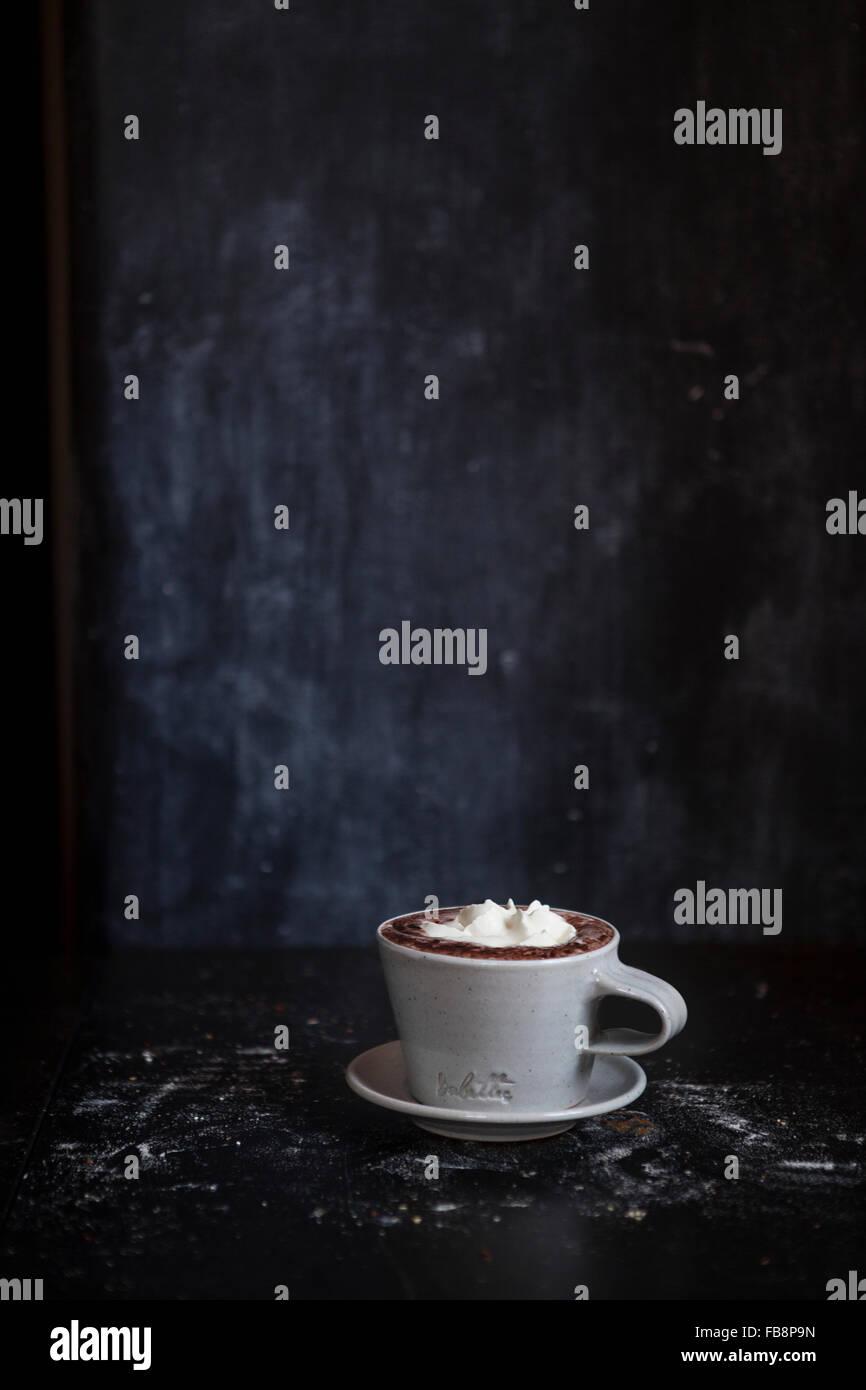 Tasse heiße Schokolade im dunklen Raum Stockbild