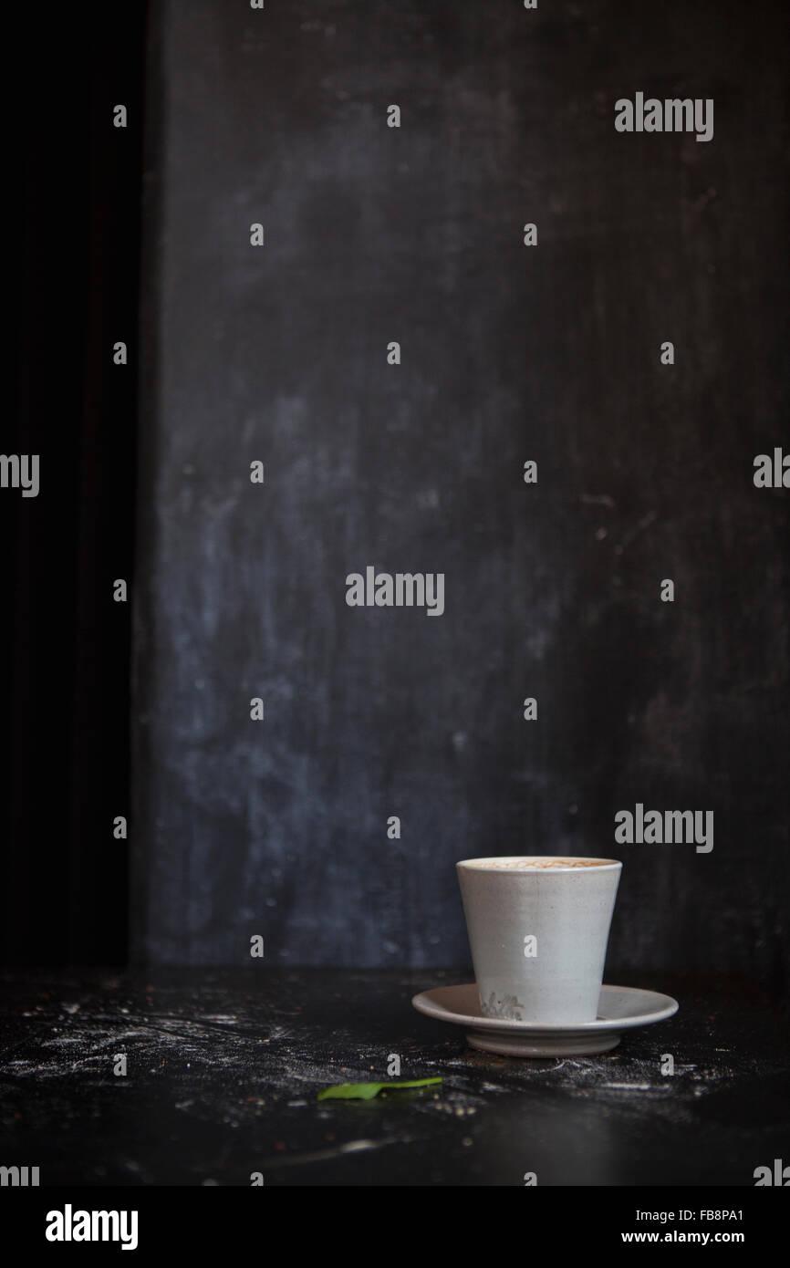 Kaffeetasse im dunklen Raum Stockbild