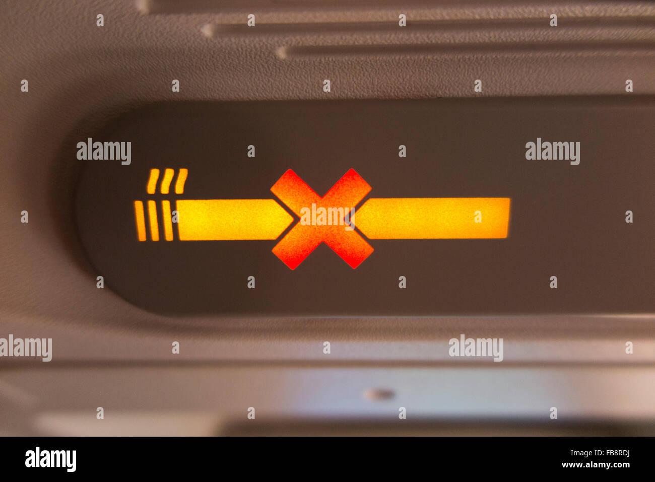 """Flugzeug """"no Smoking"""" / keine / nicht Zigarette Schild beleuchtet & beleuchtet während eines Fluges in einem A320 Stockfoto"""
