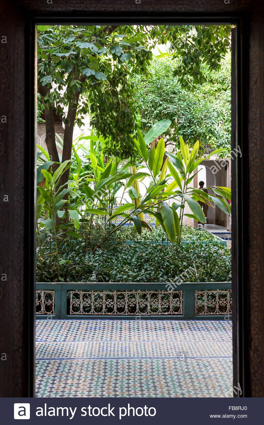 """Blick durch die Tür zu Zimmer """"garden"""", Atrium, mit traditionellen marokkanischen Fliesenboden, im Palais Bahia, Stockfoto"""