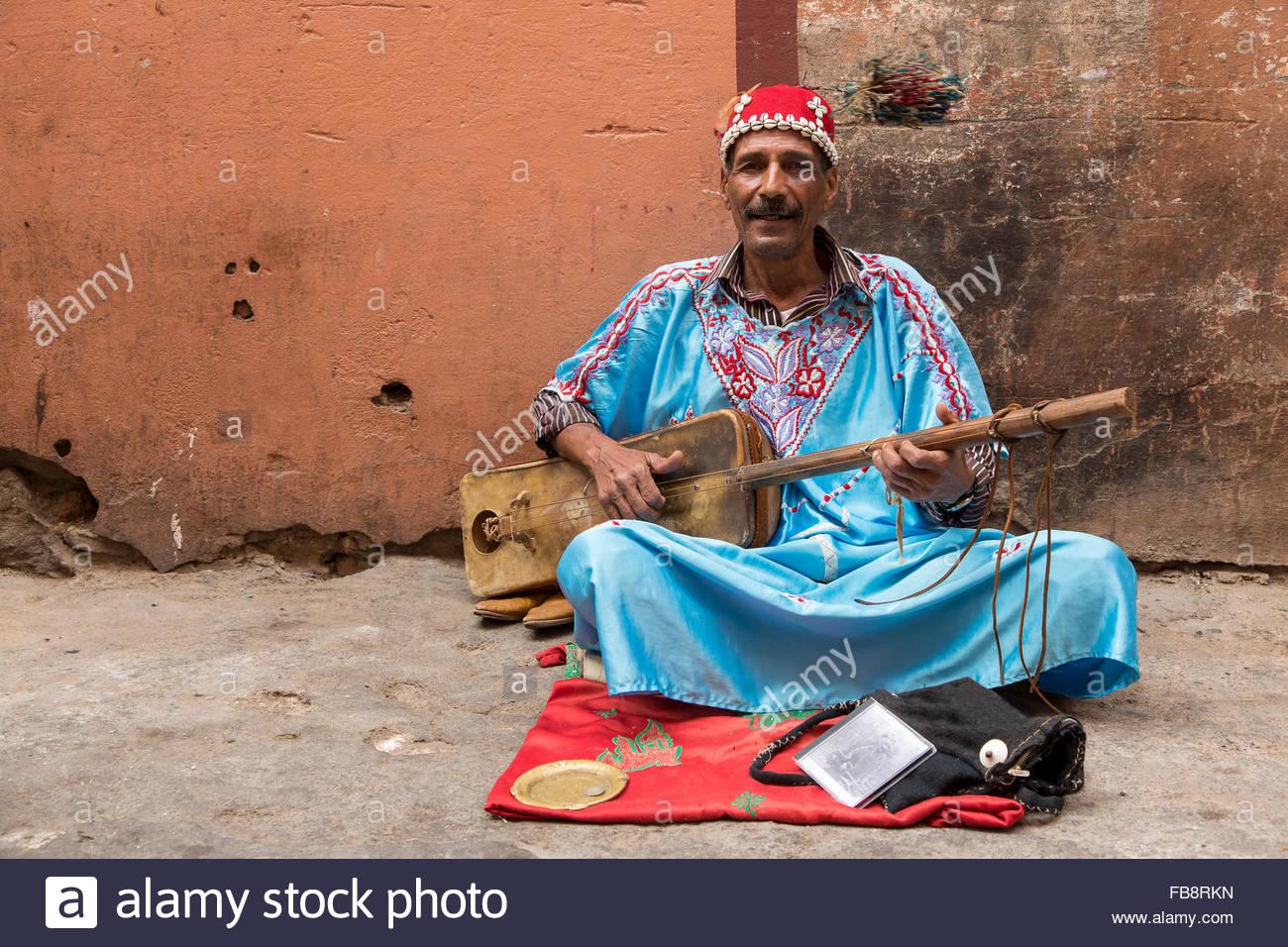Guimbri Spieler (eine Art Bass Laute) als Straßenmusikant auf der Straße in Marrakesch. Stockbild