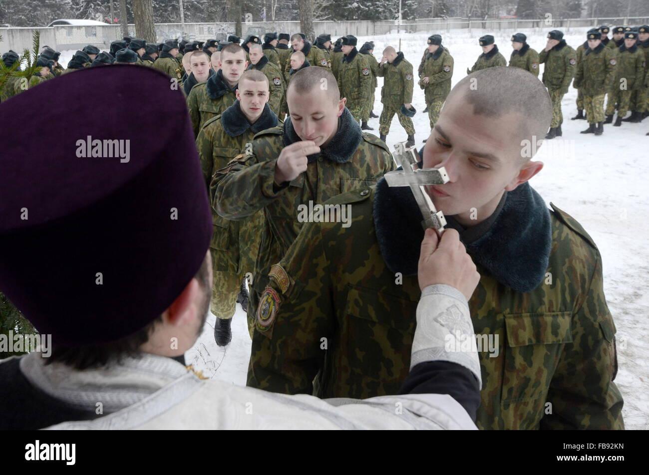 MINSK, WEIßRUSSLAND. 7. JANUAR 2016. Soldaten zu küssen das Kreuz ...