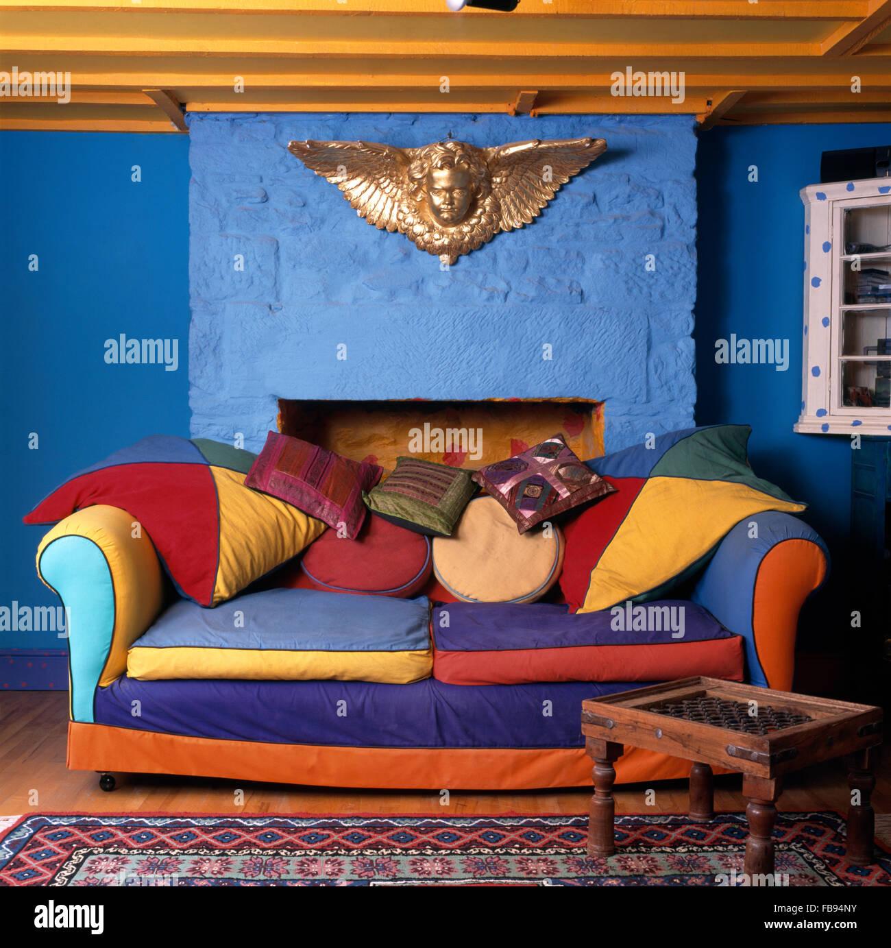 Gold Cherub auf Wand über eine lebendige, Multi farbige Sofa in ...