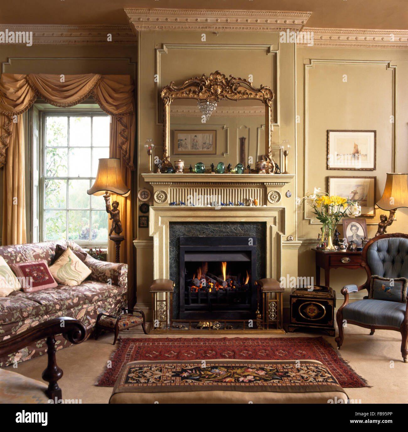 antiker spiegel ber dem kamin im georgischen wohnzimmer mit swagged und drapierte vorh nge am. Black Bedroom Furniture Sets. Home Design Ideas