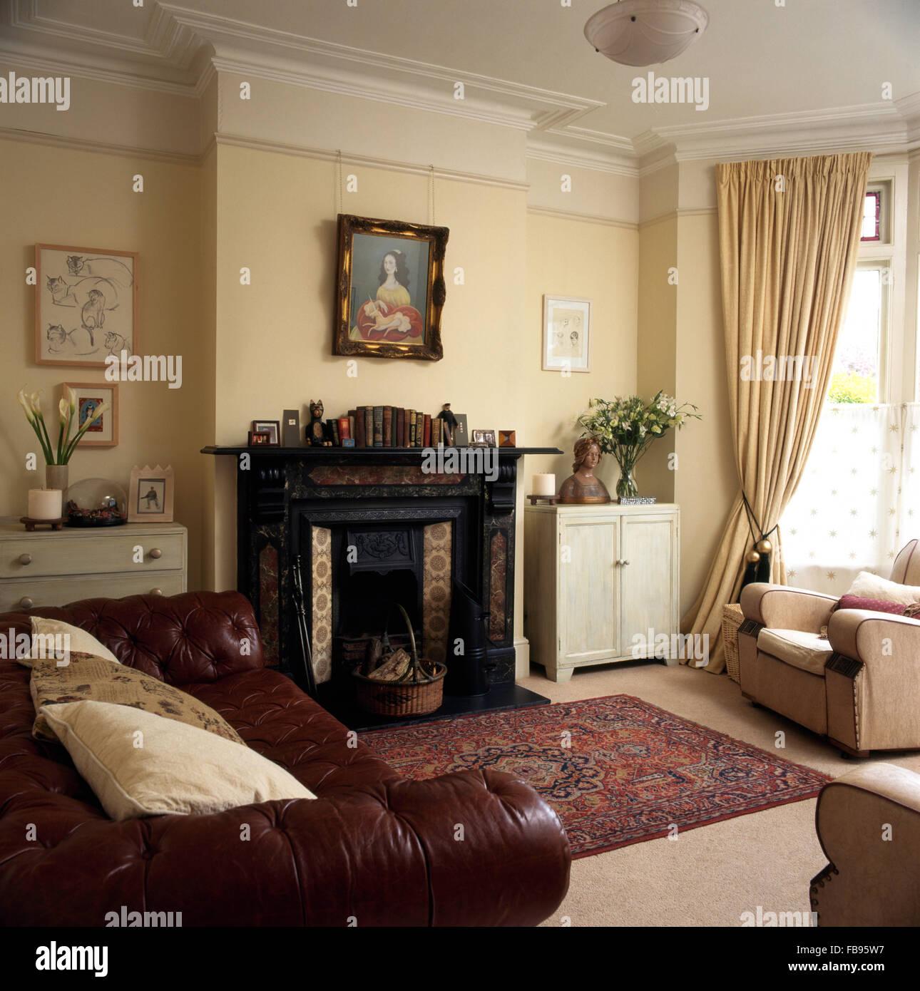 Original Schwarze Viktorianische Marmorkamin In Ein Wohnzimmer Mit Einem  Braunem Leder Sofa Und Sahne Vorhänge Neunziger Jahre