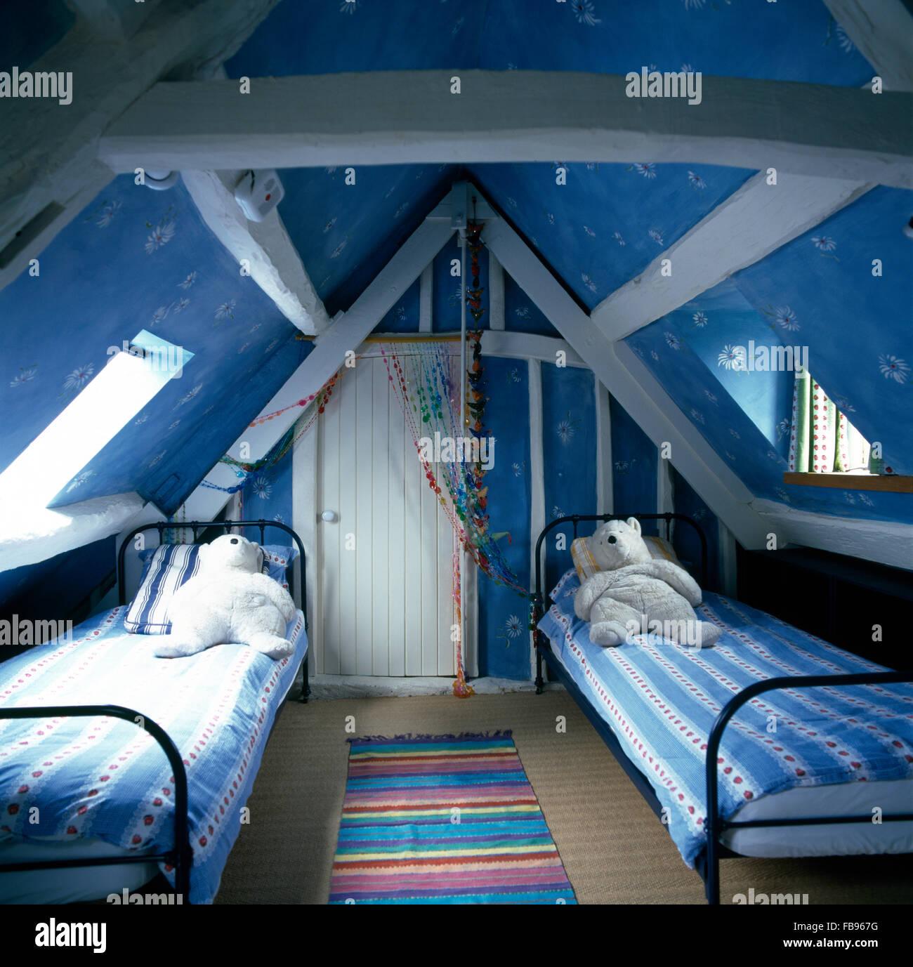 Spielzeug-Eisbären auf Metall Einzelbetten im Kinderzimmer hell blau ...