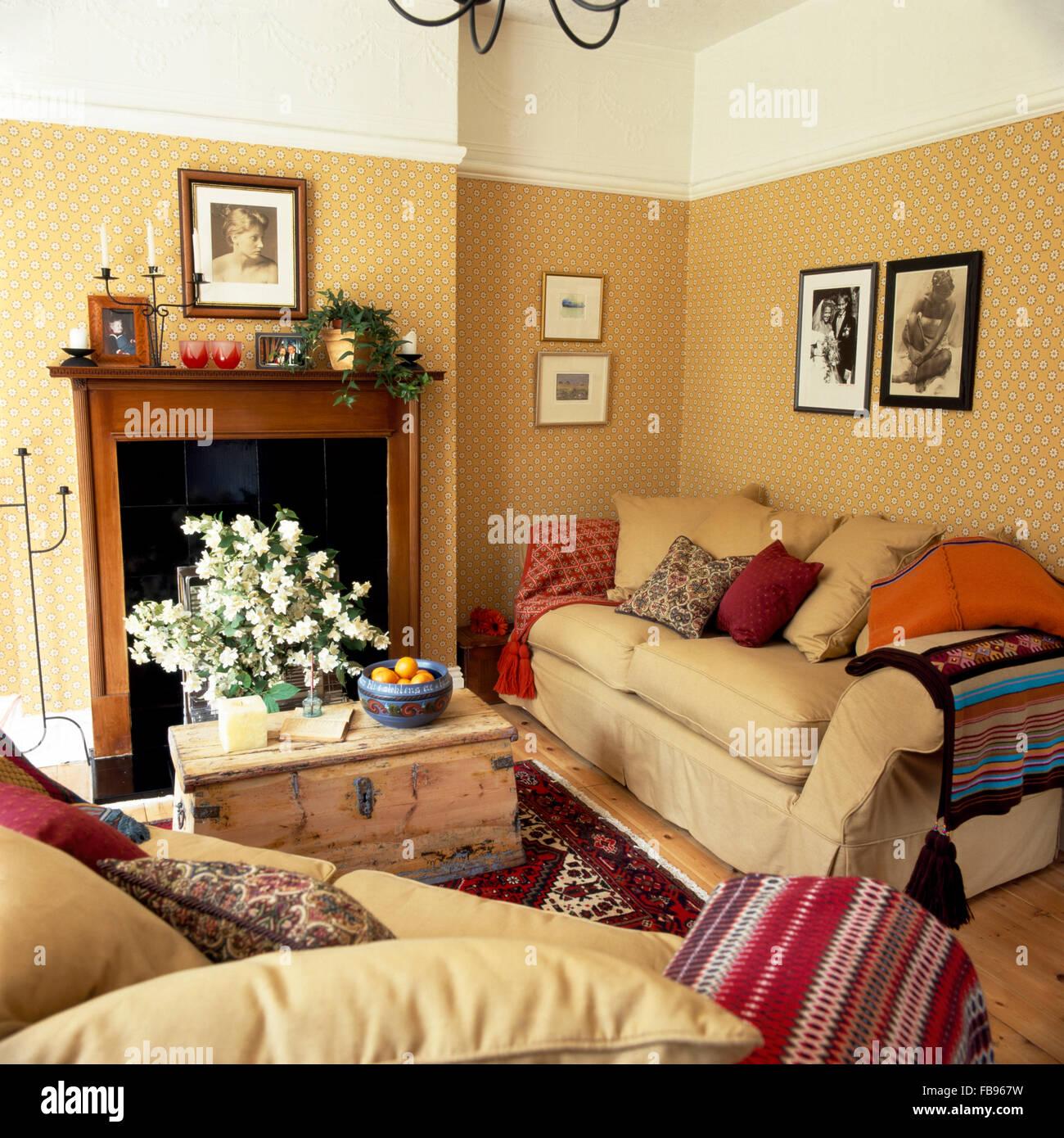 Cremefarbene Sofas gestapelt mit Kissen in ein kleines Wohnzimmer ...