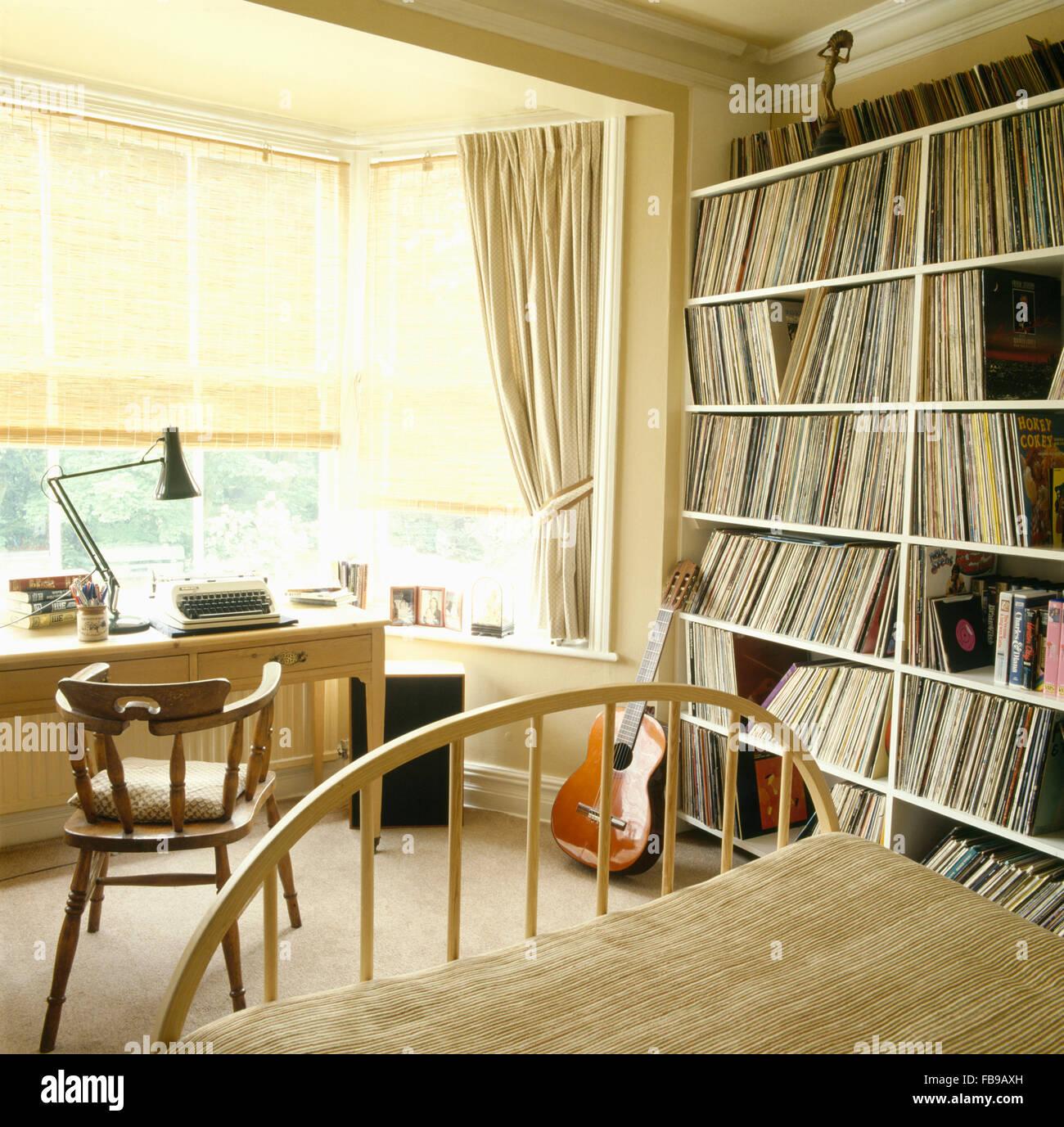 Pinoleum Vorhänge Am Fenster Hinter Schreibtisch Und Stuhl In Der Achtziger  Jahre Studieren Schlafzimmer Mit Eingebauten Regale