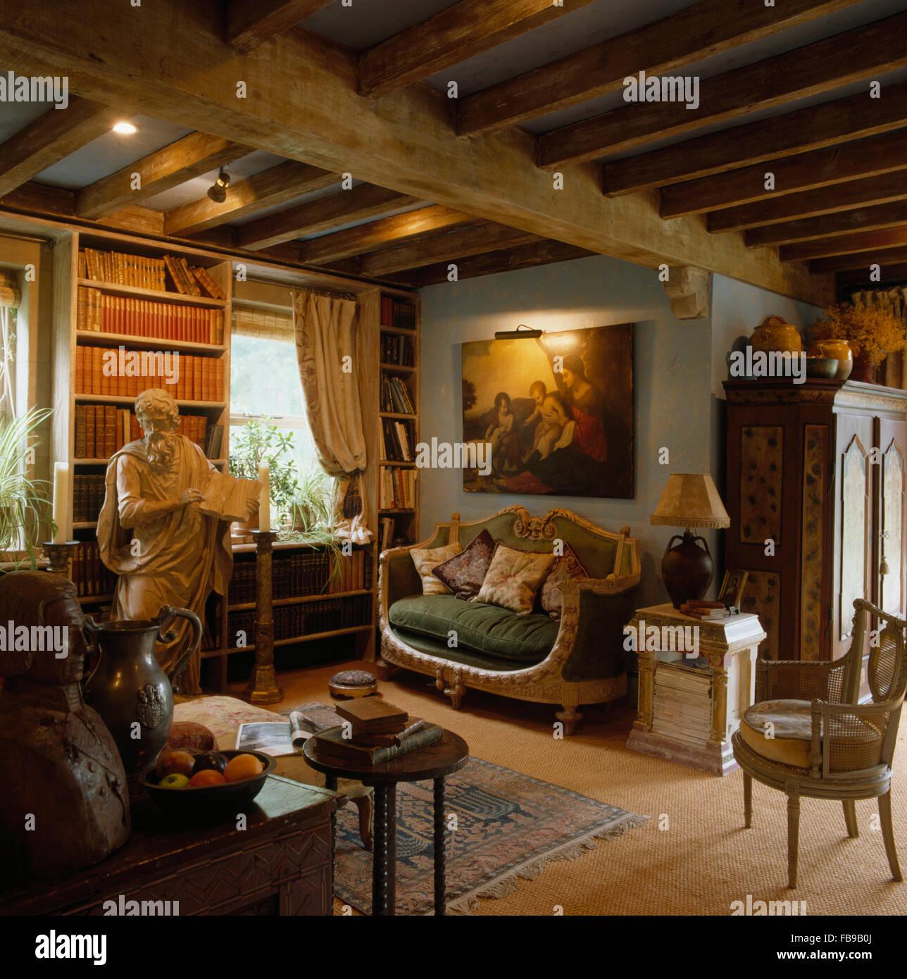 Malerei über Kleinen Französischen Stil Sofa Holzbalken 80er Jahre  Wohnzimmer Mit Einer Kirchlichen Statue Vor Bücherregalen