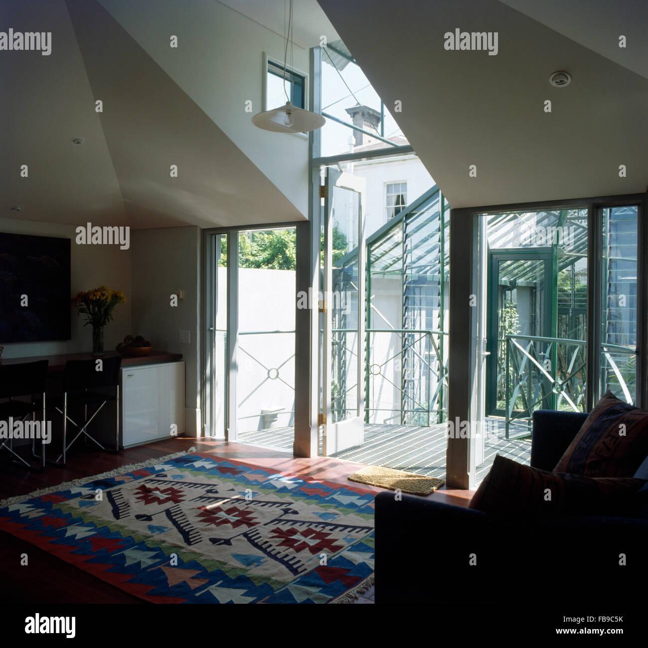 Perfekt Awesome Kelim Teppich Am Boden Im Wohnzimmer Mit Einer Glaswand With  Wohnzimmer Mit Glaswunde