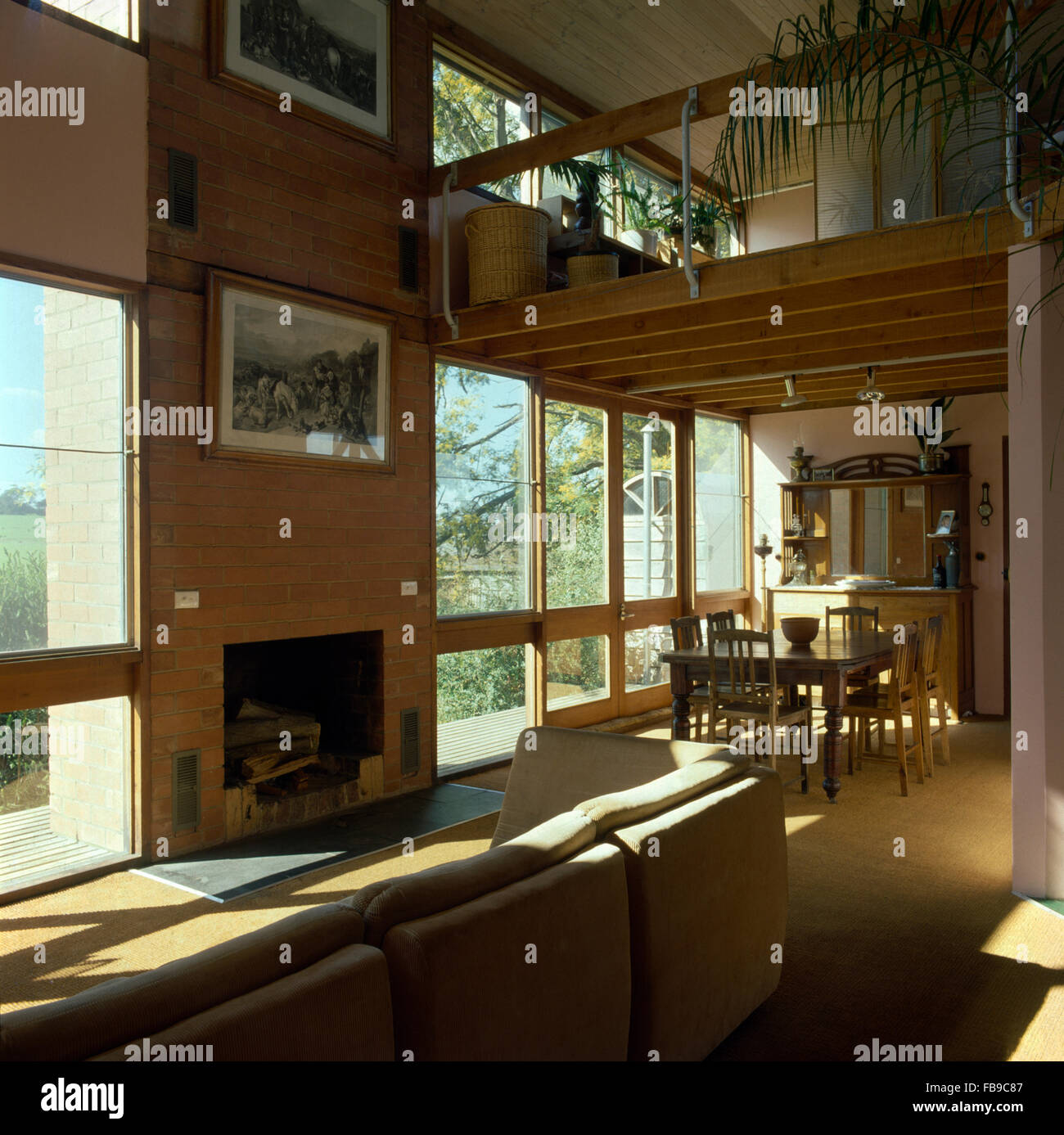 Großes Sahne Sofa In Doppelter Höhe, Offenen Planen Neunziger Jahre Wohn  Und Essbereich Stockbild