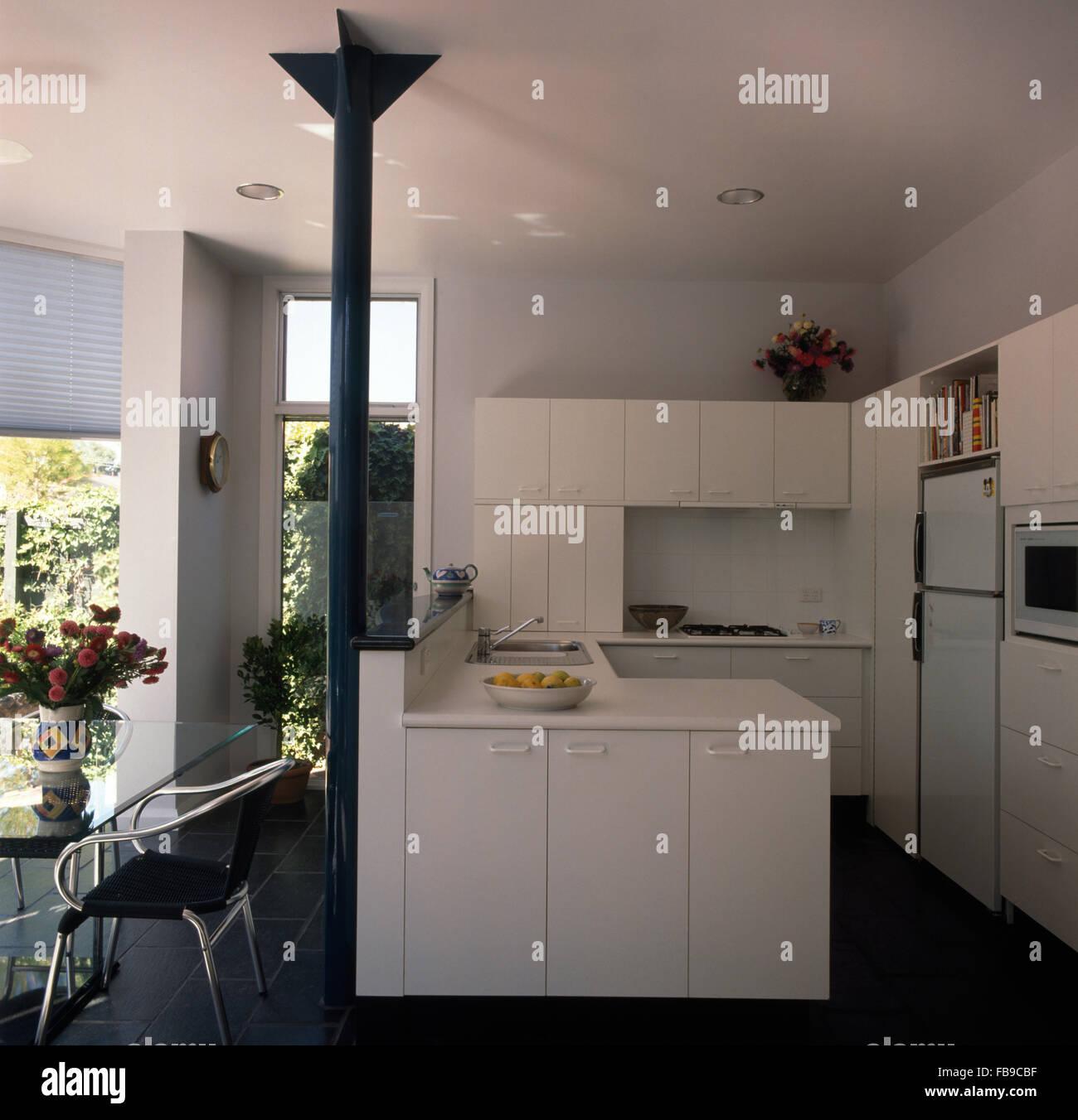 Weiß der neunziger Jahre architektonische Küche mit grauen Metall ...