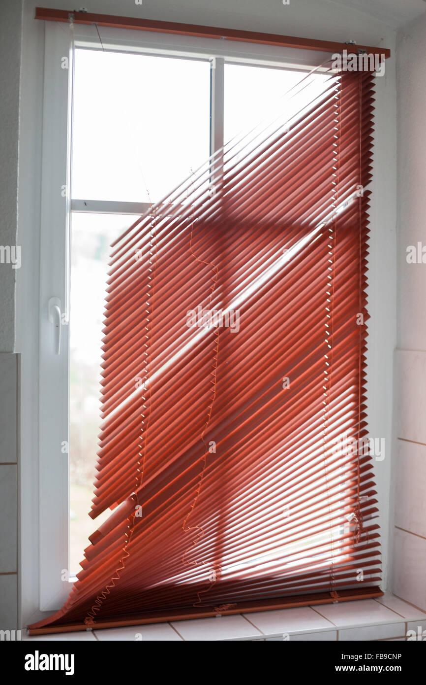 Gebrochene rotes Fenster Jalousien in einem Badezimmer ...