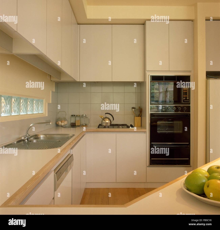 Küche Beige alessi wasserkocher auf kochfeld in beige küche mit augenhöhe doppel