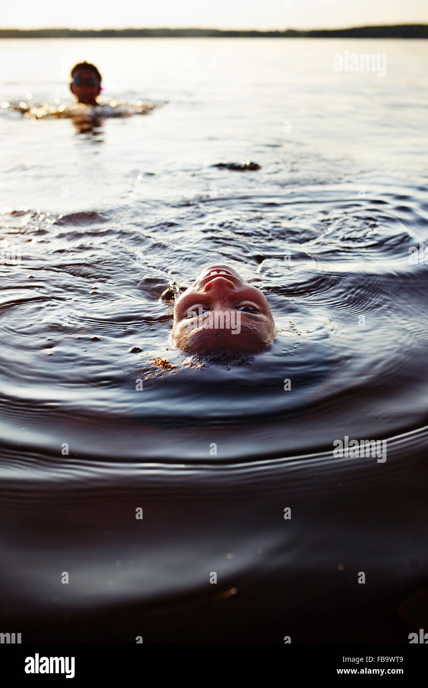Schweden, Vastra Gotaland, Skagern, Kinder (6-7, 10-11) Schwimmen im See Stockbild