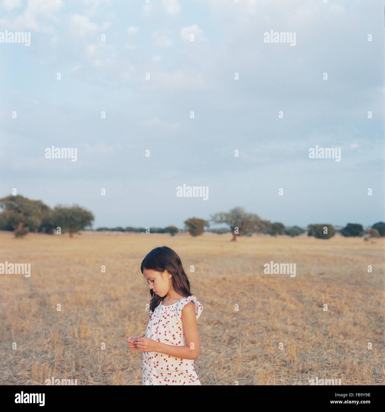 Portugal, Alentejo, Castro Verde, Porträt von Mädchen (6-7) im Feld Stockbild