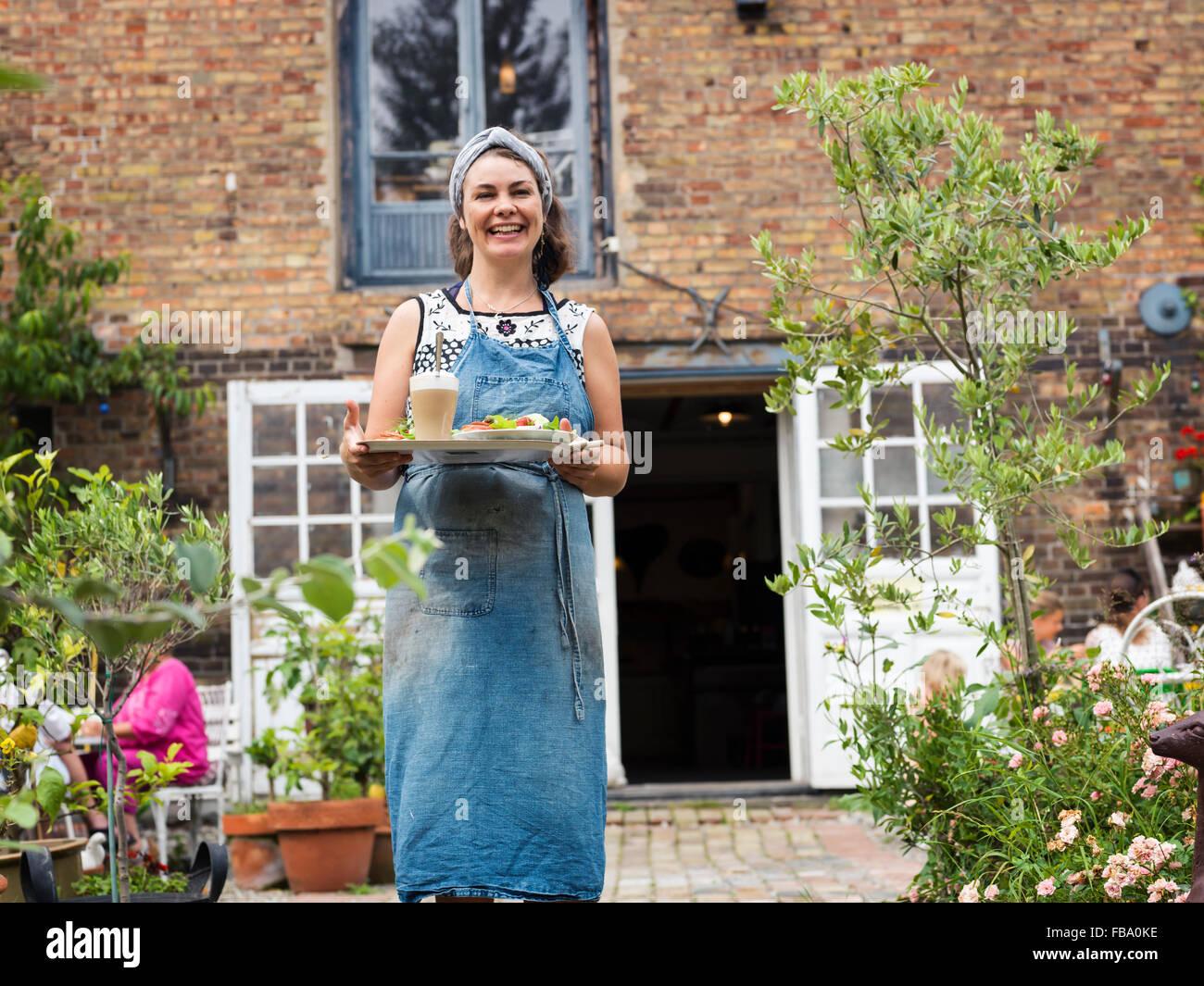 Schweden, Skane, Osterlen, Ostra Vemmerlov, Porträt von Frau Holding Tablett mit Essen Stockbild