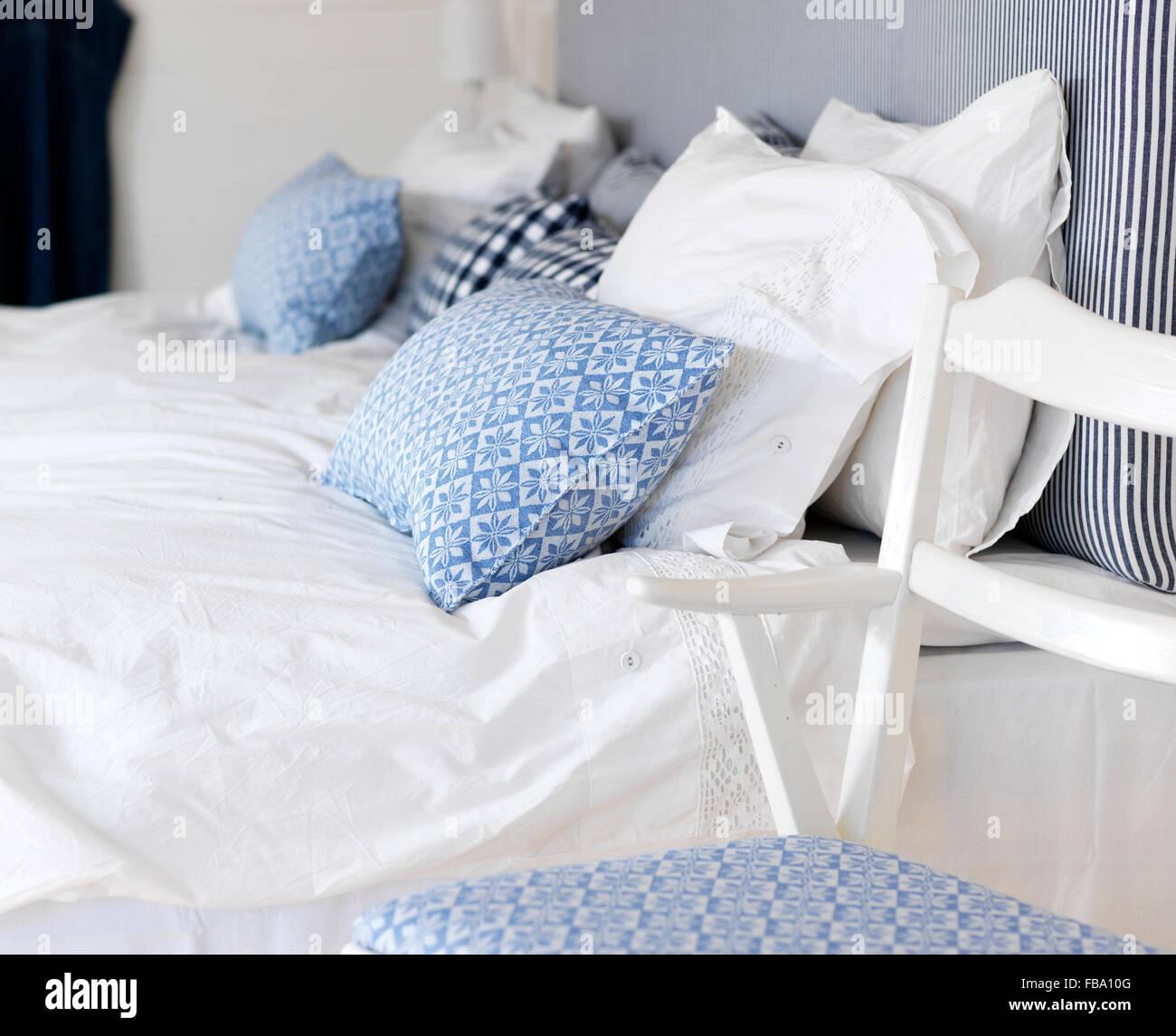 Schweden, Schlafzimmer mit blau und weiß unter dem Motto Stockbild