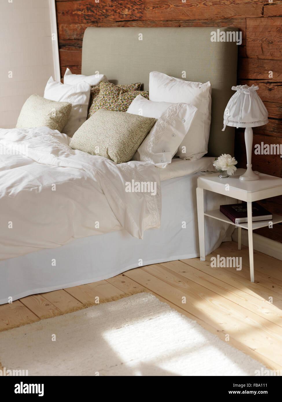 Schweden, Schlafzimmer mit Holz und weißen Farbschema Stockbild