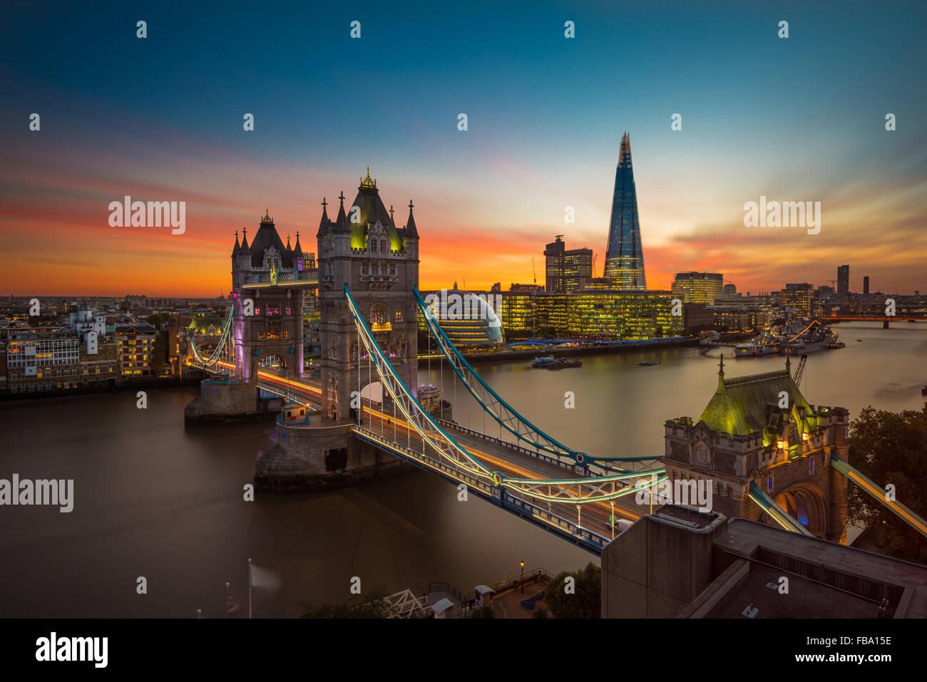 Twilight, Tower Bridge und die Scherbe bei Sonnenuntergang Stockbild